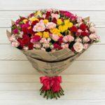 35 кустовых роз, с бесплатной доставкой по Пскову!