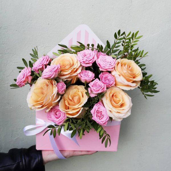 Композиция из цветов в шляпной коробке, цветы в шляпной коробке, розы в шляпной коробке, букет в шляпной коробке