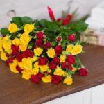 11 кустовых роз, с бесплатной доставкой по Пскову!